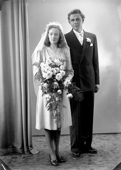 "Enligt fotografens journal nr 7 1944-1950: ""Oskarsson, Herr John Helleviksstrand""."