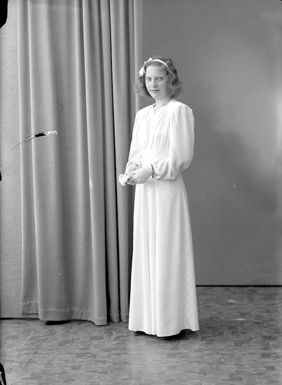 """Enligt fotografens journal 7 1944-1950: """"Oskarsson, Maj-Britt Krontofta Ödsmål""""."""