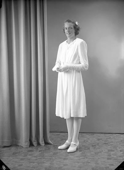 """Enligt fotografens journal nr 7 1944-1950: """"Pettersson, Asta Hallekullen, Spekeröd""""."""