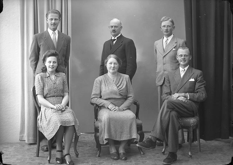 """Enligt fotografens journal nr 7 1944-1950: """"Josefsson, Familjen Ucklum""""."""