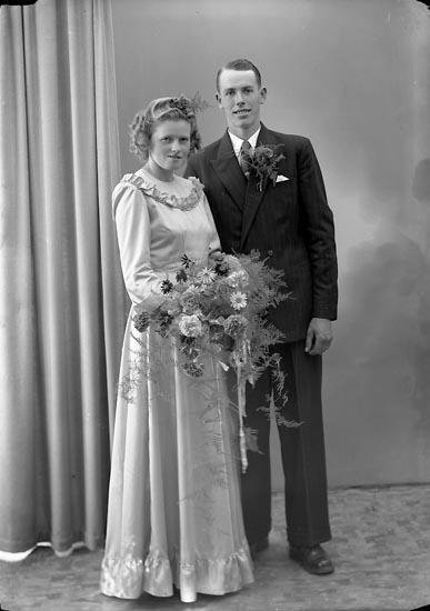 """Enligt fotografens journal nr 7 1944-1950: """"Olofsson, Herr Gunnar Box 293 Öckerö""""."""