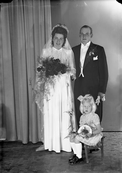 "Enligt fotografens journal nr 7 1944-1950: ""Andreasson, Herr Harry Stenungsund""."