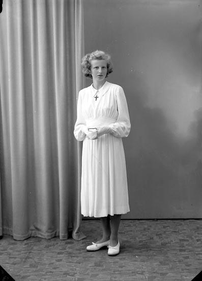 """Enligt fotografens journal nr 7 1944-1950: """"Valfridsson, Fr. Maj St. Höga""""."""