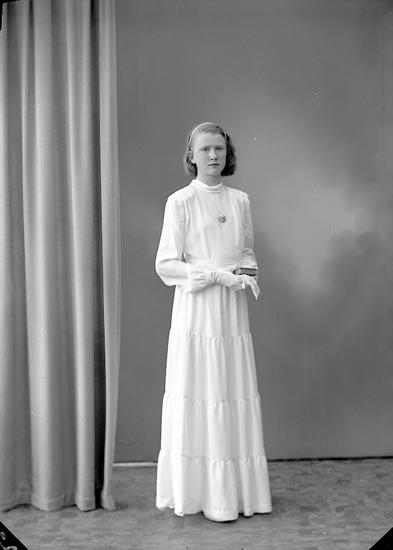 """Enligt fotografens journal nr 7 1944-1950: """"Johansson, Fr. Brita Solhaga Ucklum""""."""