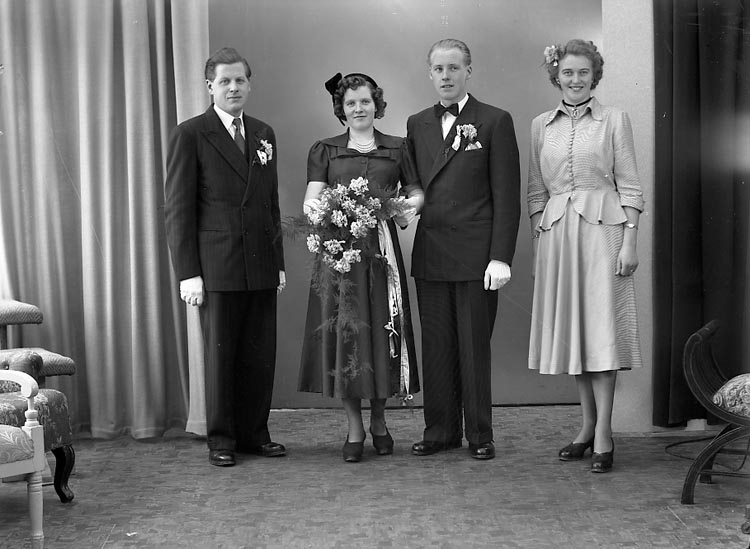 "Enligt fotografens journal nr 8 1951-1957: ""Carlsson, Herr Erik Stenung Här""."