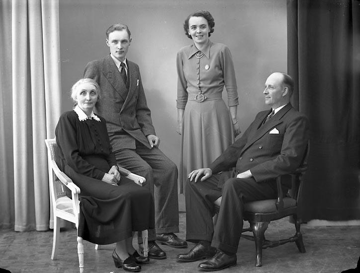 "Enligt fotografens journal nr 8 1951-1957: ""Svensson, Herr Gunnar S. Houg, Stenungsund""."