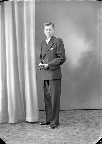"""Enligt fotografens journal nr 8 1951-1957: """"Johansson, Rolf Åregren Svenshögen""""."""