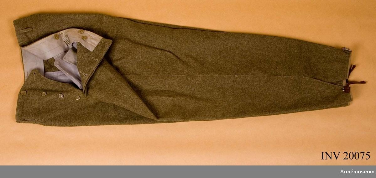 Grupp C I. Ur uniform för svenska frivilligkåren. Ändrad och utdelad januari 1940 såsom uniform för Svenska frivilligkåren, senare ändrad för användning i Norge 13 april-20 juni 1940. Gradbeteckning för kapten, placerad av kapten G Benckert.
