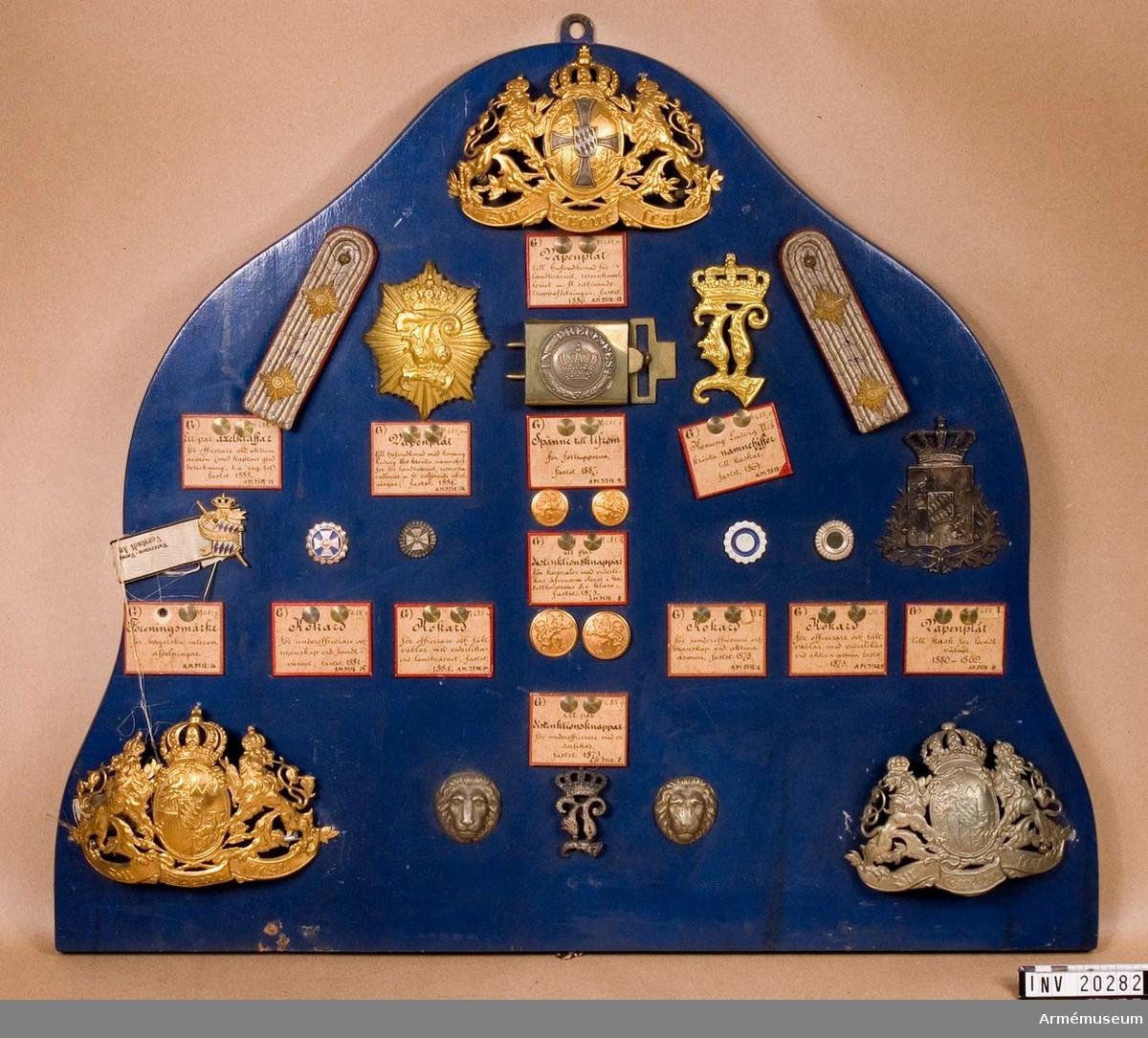Grupp C. Med Konung Ludvig II:s krönta namnchiffer. Till hjälm. Fastställd 1864.