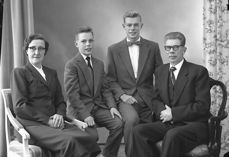 "Enligt fotografens journal nr 8 1951-1957: ""Pettersson, Handl. Arthur Ödsmål""."