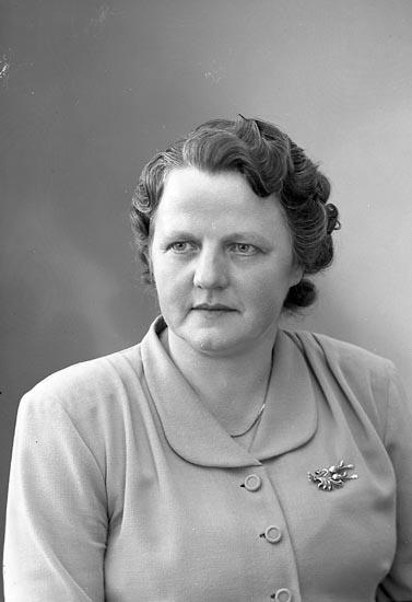 """Enligt fotografens journal nr 8 1951-1957: """"Hansson, Fru Martina, Torp Här""""."""