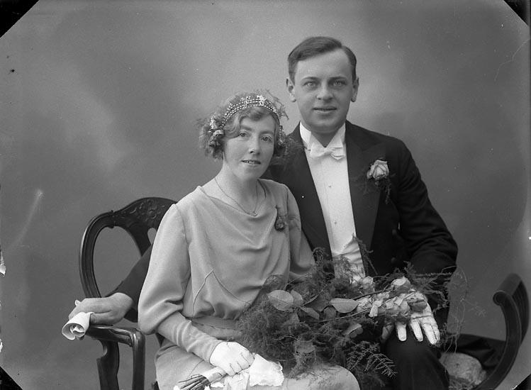 """Enligt fotografens journal nr 6 1930-1943: """"Berntsson, Herr Erik, Damskräddare Här""""."""