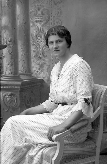 """Enligt fotografens journal Lyckorna 1909-1918: """"Olsson, Fr. Isa Lineberg, Lyckorna""""."""