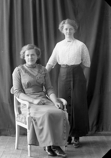 """Enligt fotografens journal nr 2 1909-1915: """"Johansson, Olga Svanesund""""."""