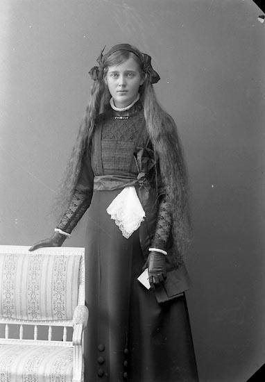 """Enligt fotografens journal nr 2 1909-1915: """"Olsson, Judith Stenung""""."""