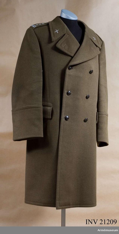 Grupp C I. Ur uniform för överste vid artilleriet i Polen. Består av vapenrock, långbyxor, skjorta, slips, mössa, strumpor, skor, regnrock m fodral, axelhylsor, kappa. Av komiss. Dubbelknäppt. Med ryggslejf. Artilleriöverstes gradbeteckningar.