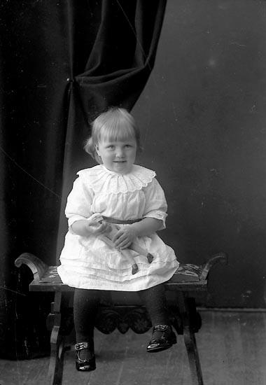 """Enligt fotografens journal nr 4 1918-1922: """"Andreasson, Astrid Järnklätt""""."""