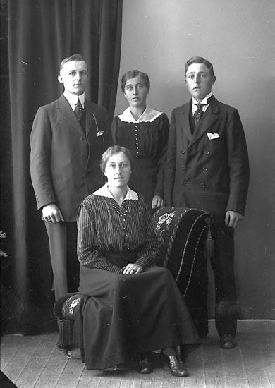 """Enligt fotografens journal nr 4 1918-1922: """"Berntsson, Ernst Krok, Ödsmål""""."""