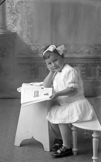 """Enligt fotografens journal Lyckorna 1909-1918: """"Björklund, Anna-Lisa adr. Landén""""."""