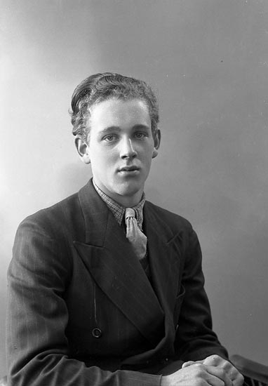 """Enligt fotografens journal nr 6 1930-1943: """"Karlsson, Bror Tage Ödsmål""""."""