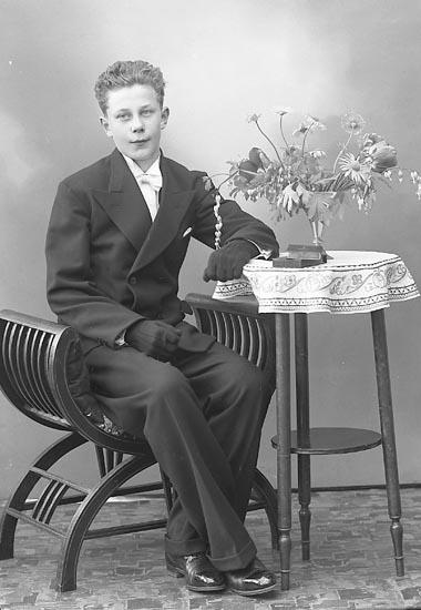 """Enligt fotografens journal nr 6 1930-1943: """"Olsson, Clarence, Uppegård Här""""."""