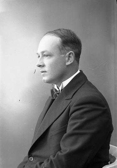 """Enligt fotografens journal nr 6 1930-1943: """"Severius, Herr Gösta Här""""."""