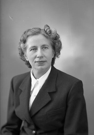 "Enligt fotografens journal nr 8 1951-1957: ""Åström, Fru Maria Box 10, Stenungsund""."