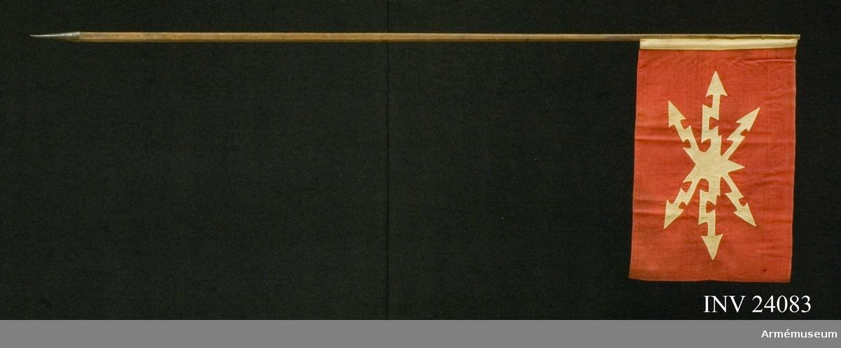 Grupp H III Dukens format är 600X400 mm. Duken är fäst i stången med spikar över ett läderband. Dukens bottentyg är av rött tunnt ylle i kypert med fälltolegrafens vingförsedda kompanimärke infällt i mitten.  Ett ca 4 cm brett vitt band löper på duken paralellt med stången. Stången är försedd med en spets nedtill förmodligen för att sättas i eller i en hållare.  Samhörande nr AM.24083-8, 24089