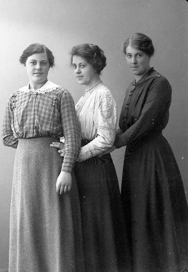 "Enligt fotografens journal nr 4 1918-1922: ""Pettersson, Signe Här""."