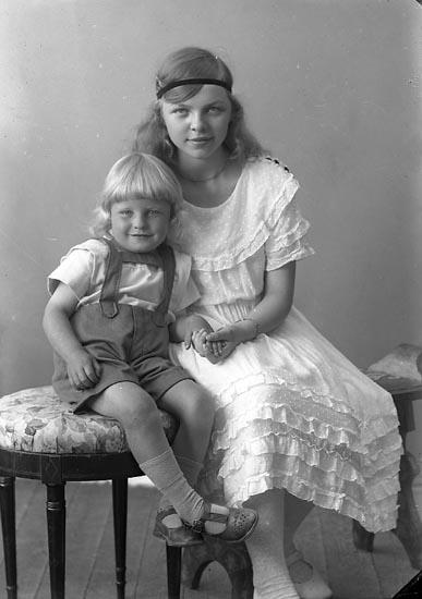 """Enligt fotografens journal nr 4 1918-1922: """"Wik, Margareta och Ingemar""""."""