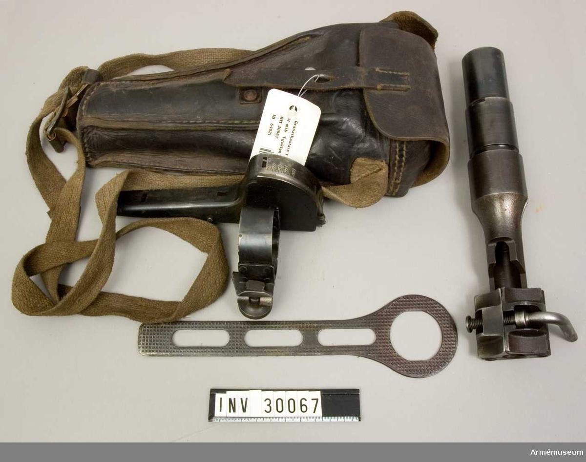 Grupp E II.  Samhörande nr AM.030067-AM.030068, gevärsgranatkastare, fodral.