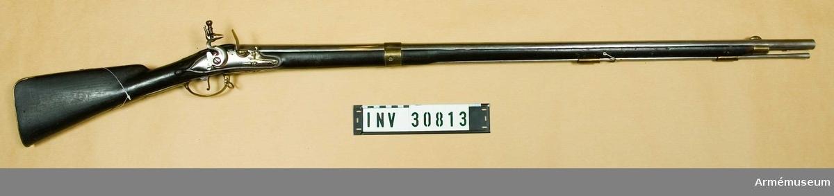 Grupp E II. Vapnet överenstämmer helt med AM 4151. På pipans vänstra sida på bakplåtens flik är numret 99 inslaget. På varbygelns främre arm och på bakplåtens flik finns en kronstämpel. En stämpel med bokstaven R sitter på varbygelns bakre arm och på stålladdstockens stötyta finns ett B. I övrigt har vapnet varken märken eller stämplar. Bajonetten är förkommen. Se i övrigt AM 4151. J Alm.