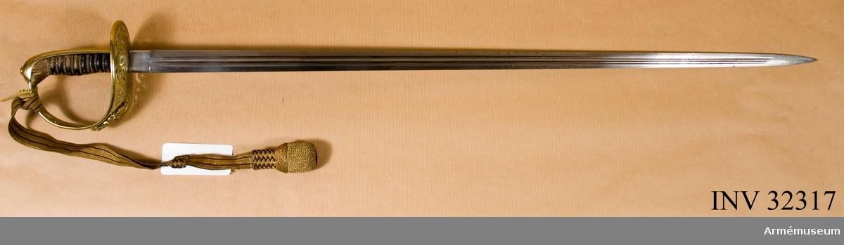 """Grupp D II Sabeln överenstämmer helt med AM 1932:5260. Den har inga märken  eller stämplar, men på ryggbeslaget är ingraverat """"Tillhört  musikfanjunkare O.F. Sundström K:III"""" och upptill kappans  yttersida """"1879-1919"""".  Samhörande nr AM.32317-9"""