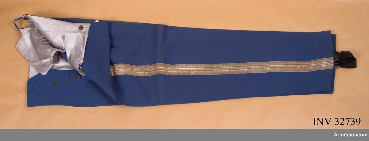 Grupp C I. Ur uniform för major vid Livregementet t häst 1899-1928. Består av vapenrock, axelklaffar, långbyxor, ridbyxor, hjälm, plym, mössa, 2 st. sabelkoppel, kartusch, rem t karusch, skärp, ägiljett, ägiljett, liten, lackstövlar, lackresårkängor.
