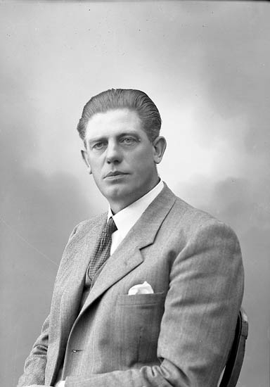 """Enligt fotografens journal nr 7 1944-1950: """"Johansson, Herr John Holm Här""""."""