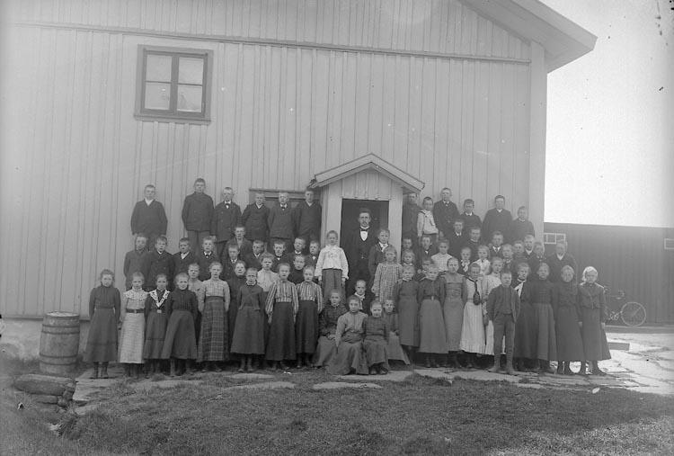 """Enligt fotografens journal nr 1 1904-1908: """"Folkskolebarnen i Jörlanda""""."""