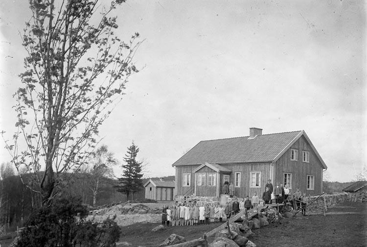 """Enligt fotografens journal nr 5 1923-1929: """"Bräcke småskola, Ödsmål""""."""