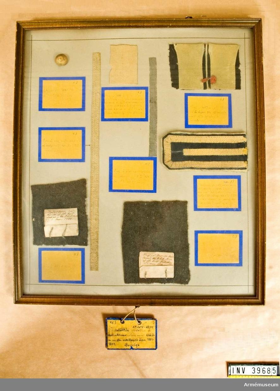 Grupp C I.  Provet sitter monterat bakom glas i ram tillsammans med flera andra tygprover. Texten på lappen lyder: Prof på kapotte kläde lemnadt till KSA (? oläsligt) af Öfv Lieut Söderberg 1 mars 1844.