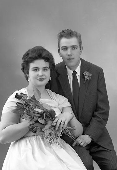 "Enligt fotografens journal nr 9 1958-: ""Pettersson, Herr Bertil Box 12, Stora Höga""."