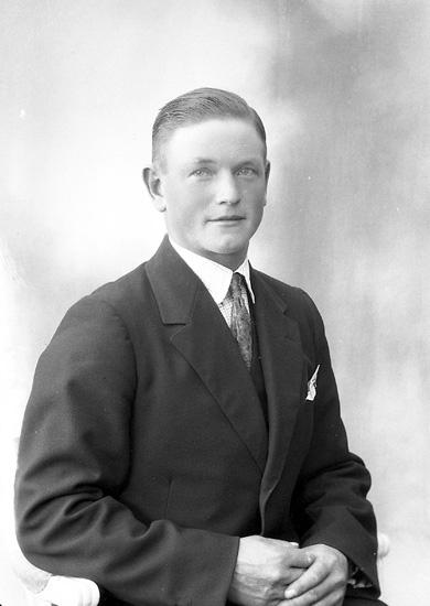 "Enligt fotografens journal nr 5 1923-1929: ""Alfredsson, Erik ""Ön"", Stenungsund""."