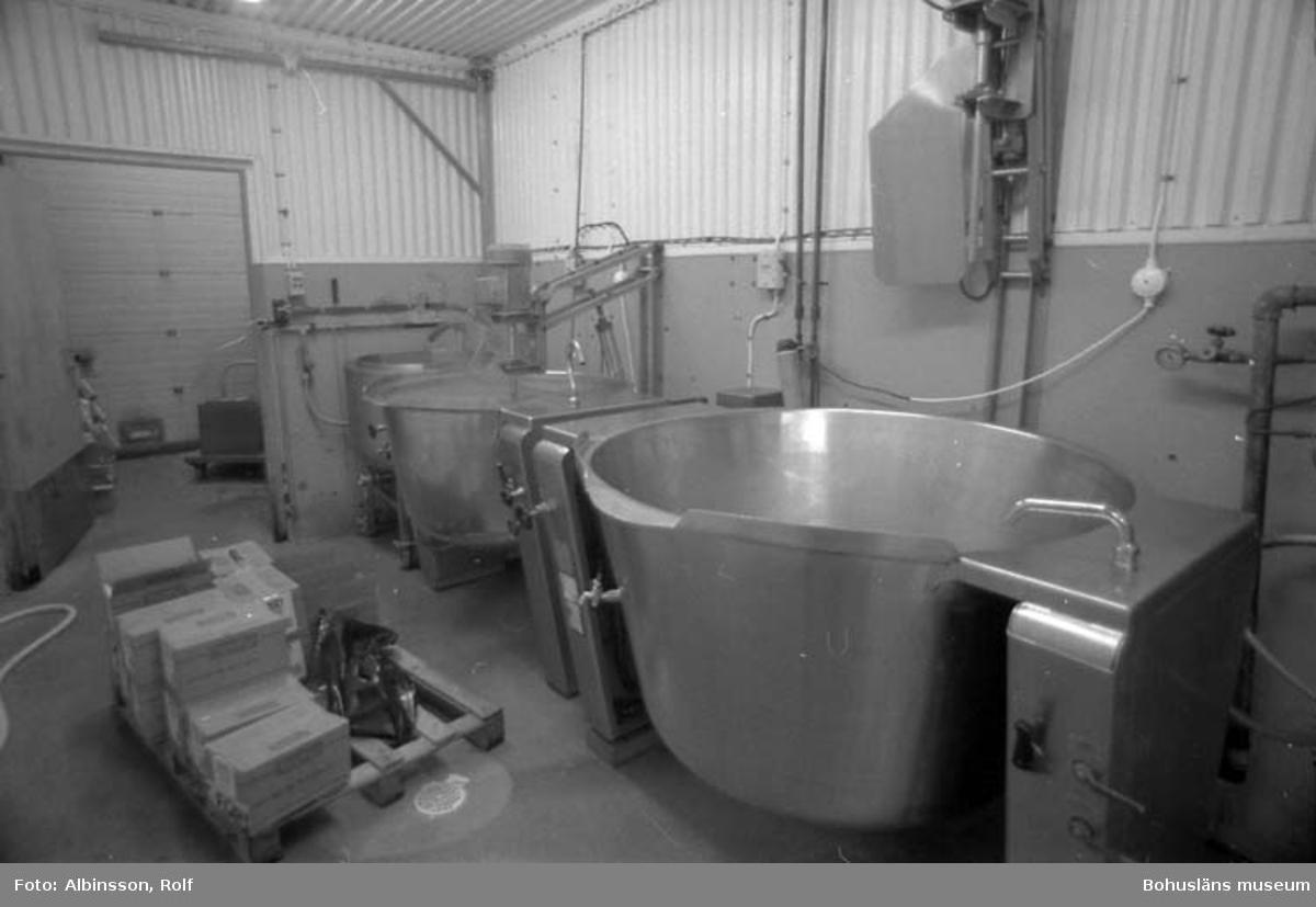 """Enligt fotografens noteringar: """"Rummet bredvid mjöl och kryddor, här görs såsen."""" Fototid: 1995-11-16."""