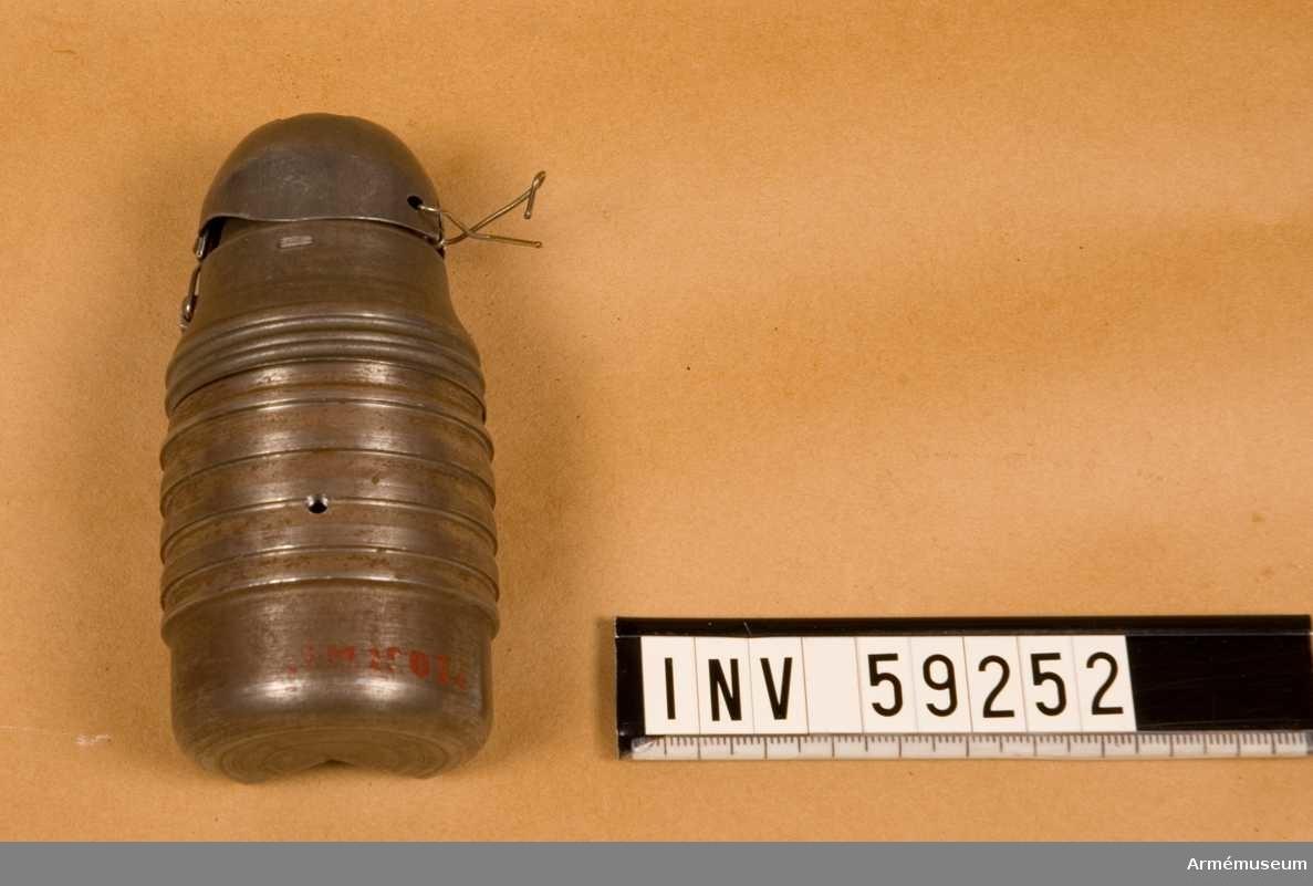Grupp E IX. Cylindro-sfärisk. Delvis uppskuren.  Saknar spräng- och tändladdning. Tung hand- och gevärsgranat, Italien. Uppskuren. Breda.