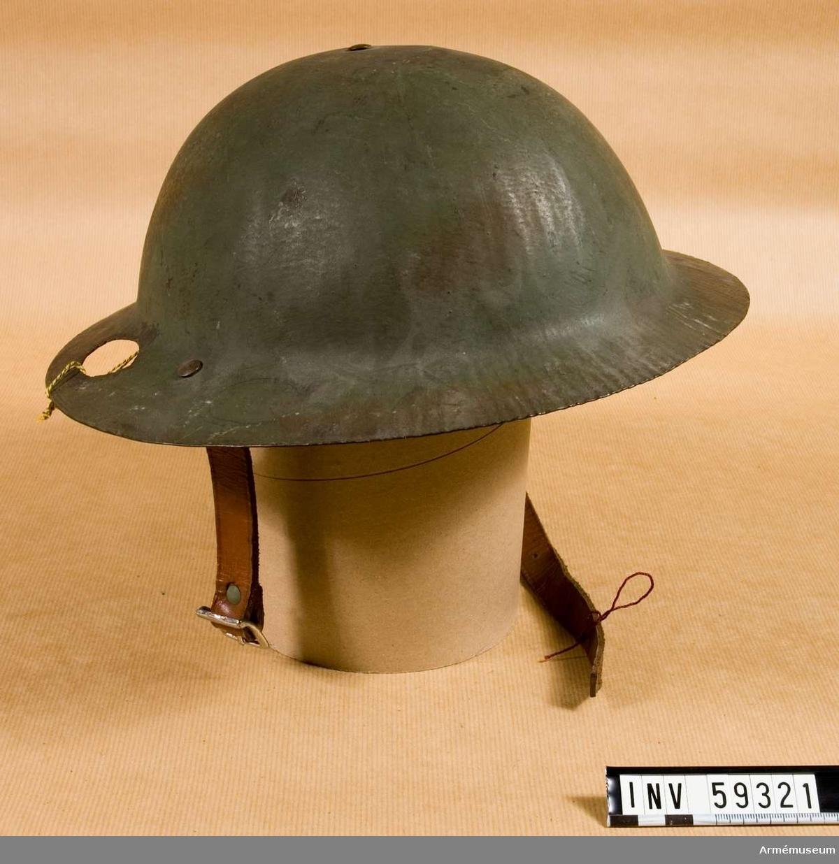 Grupp D IV.  Hjälmen har ett hål som gjorts i samband undersökning av plåten.