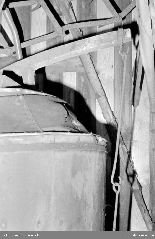 """Motivbeskrivning: """"F.d varv i Skredsvik, Bottnafjorden. Detalj blåsbälg (bilden tagen i smedjan)."""" Datum: 19800717"""