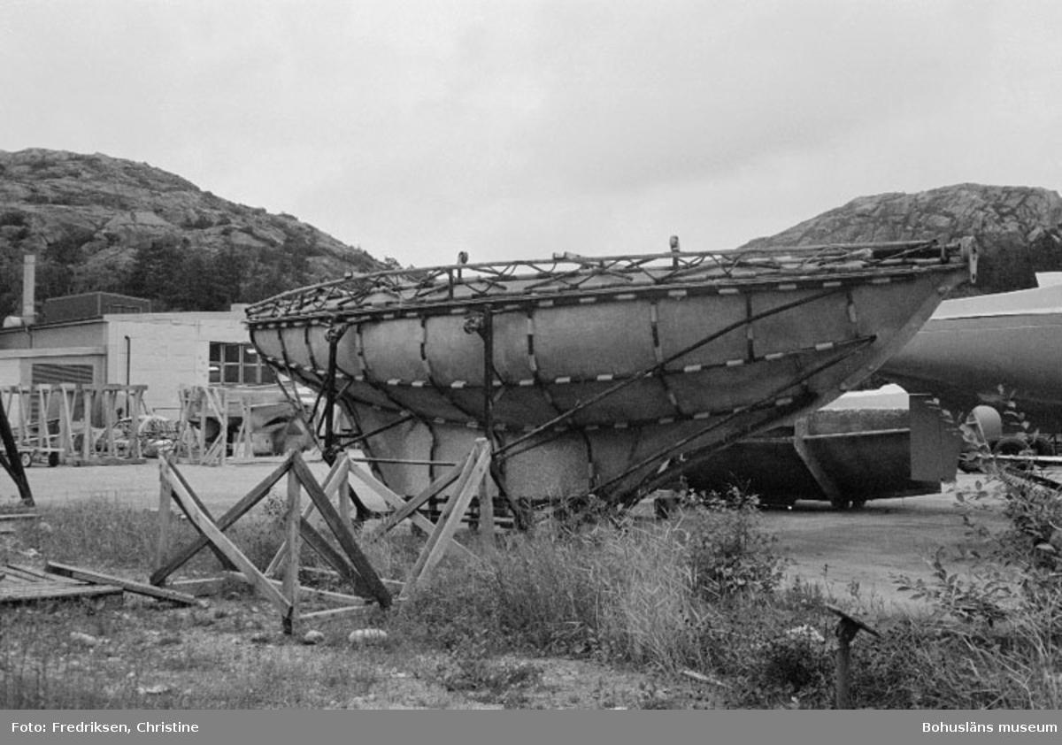 """Motivbeskrivning: """"Lysekils båtvarv, skrovform."""" Datum: 19800909"""