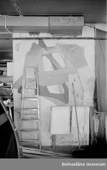"""Motivbeskrivning: """"Rolf Nicanders Båtbyggeri AB, mallar för tillskärning av mattor till rufftak."""" Datum: 19801003"""