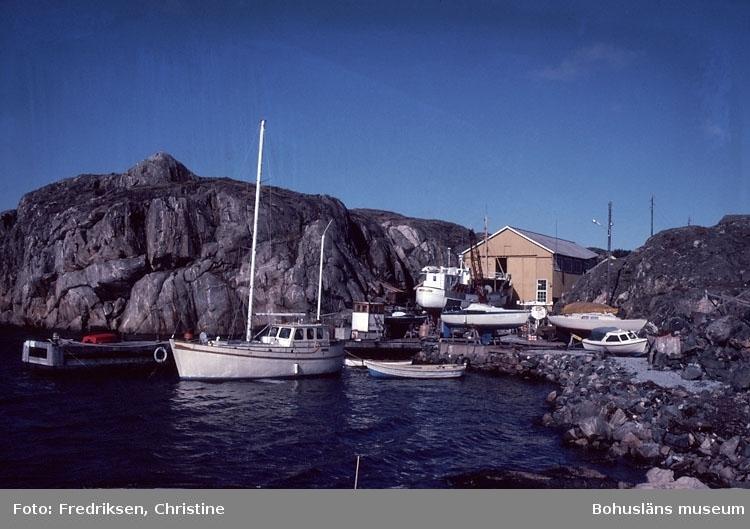 """Motivbeskrivning: """"Hälleviksstrands Slip & Varv, Hälleviksstrand, Orust."""" """"På slipen fiskebåten """"Zenith"""" från Mollösund. Zenith byggd vid varvet år 1956."""" Datum: Sept 1980."""