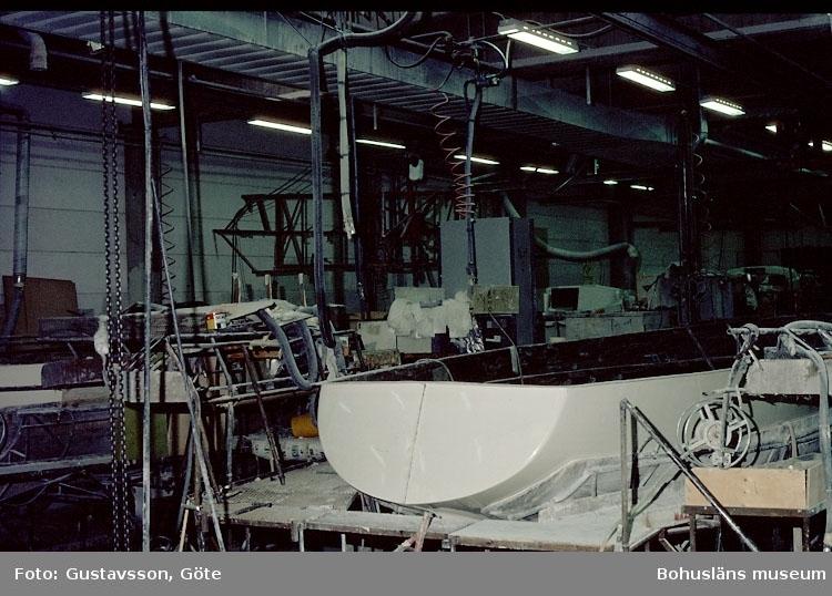 """Motivbeskrivning: """"Gullmarsvarvet, Lysekil. (fotograf: Göte Gustavsson)."""" """"Bild från C-hallen monteringshallen."""" Datum: 1980-10-30."""