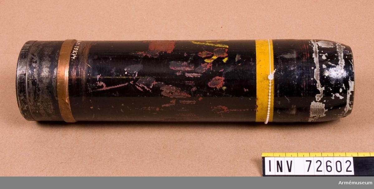 Grupp F.II.  Samhörande: lyskropp och fallskärm.  Svart med gul rand. Bofors.