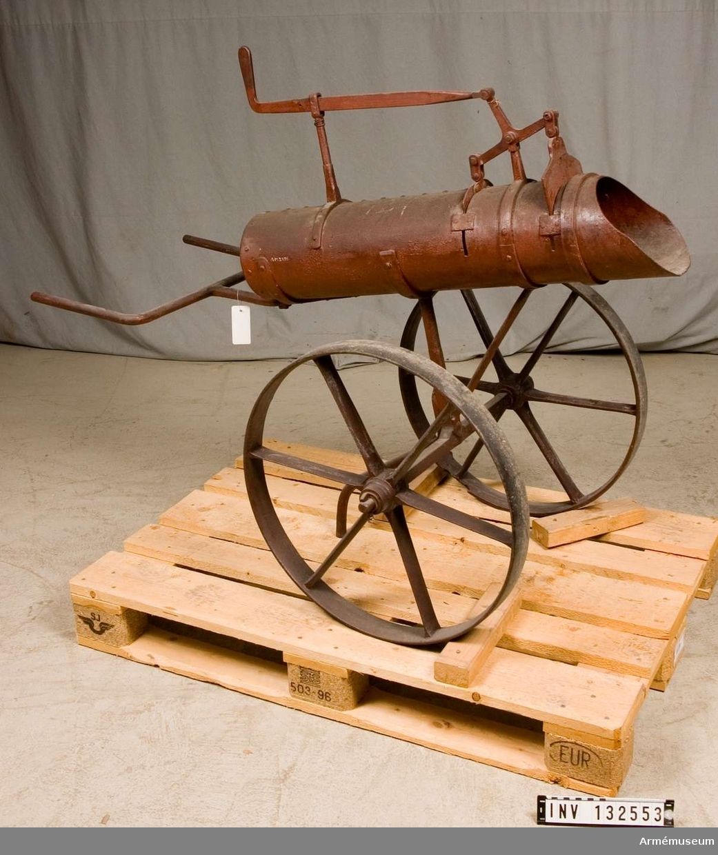 Grupp F:III. Samhörande 1 st kullyfta, 1 st kulbärare.  Text på utställningsetikett: Kuldragare på hjul för transport af glödgade kulor med tillhörande kul-lyfta, engelske kaptenen Addisons invention 1854.